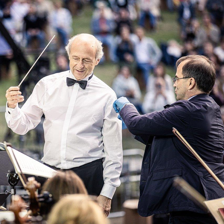 Koncert közben oltották be Fischer Ivánt